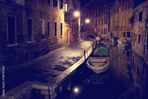 Türaufkleber Gondeln Canal with gondolas in Venice, night view, Italy