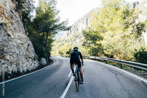 La pose en embrasure Cyclisme Cyclist on a mountain road