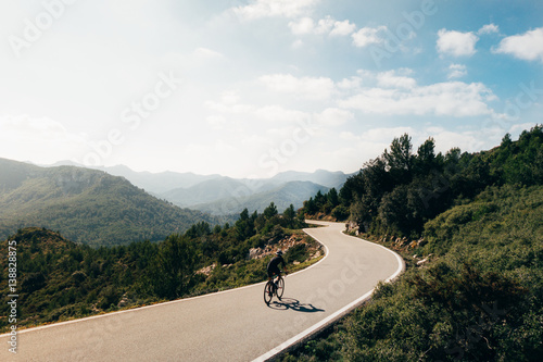 Foto op Plexiglas Fietsen Cyclist descending a mountain road