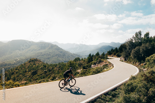 Foto auf Gartenposter Radsport Cyclist on the mountain road