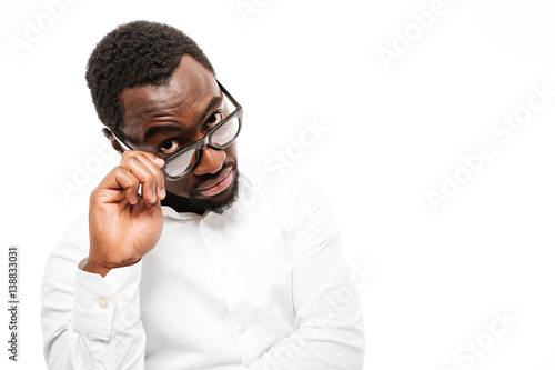 Photo Handsome young african man dressed in shirt wearing glasses