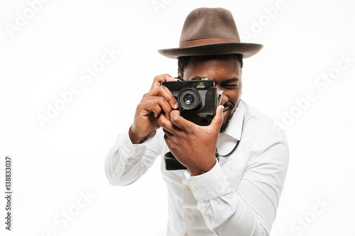 Photo Happy young african photographer dressed in shirt