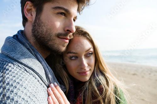 Zdjęcie XXL Piękni potomstwa dobierają się w miłości w zimnej zimie na plaży.