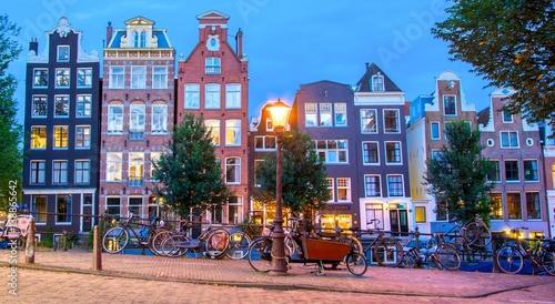 kolorowe-kamienice-i-rowery-w-amsterdamie-w-godzinach-wieczornych