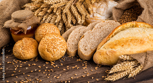 Plakat Asortyment piec chleb na drewnianym stołowym tle