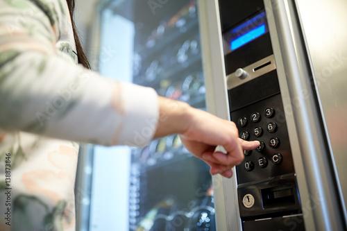 Obraz hand pushing button on vending machine keyboard - fototapety do salonu