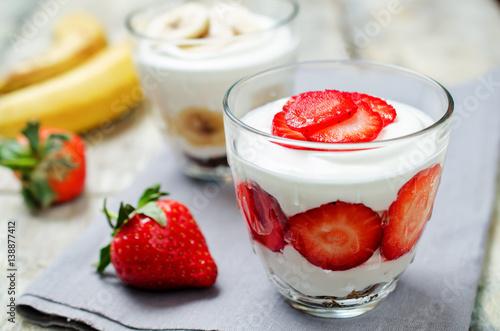 grecki-jogurt-truskawkowy-i-bananowy-z-owocami