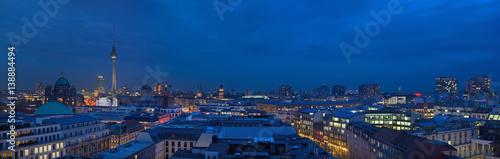 Zdjęcie XXL BERLIN, NIEMCY, LUTY - 16, 2017: Panorama Berlin w wieczór półmroku.