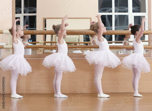 Photo  Group of beautiful little girls practicing ballet at class