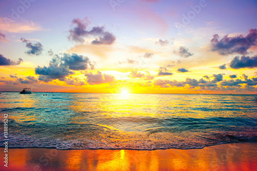 Cadres-photo bureau Mer coucher du soleil Sunset beach. Paradise scene of Caribbean island