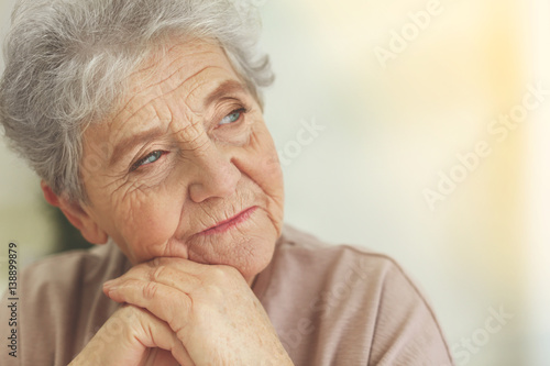 Fotomural  Depressed elderly woman at home
