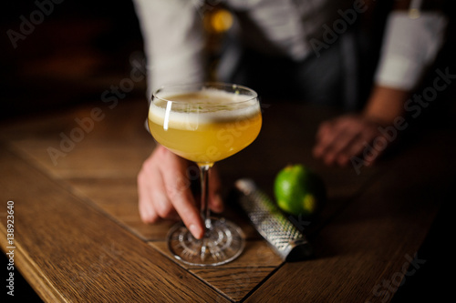 Valokuvatapetti man keeping glass with coctail no face