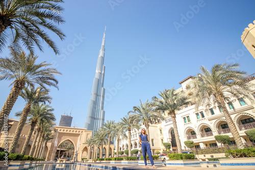 Obraz na plátně  Woman With Dubai Burj Khalifa View 1