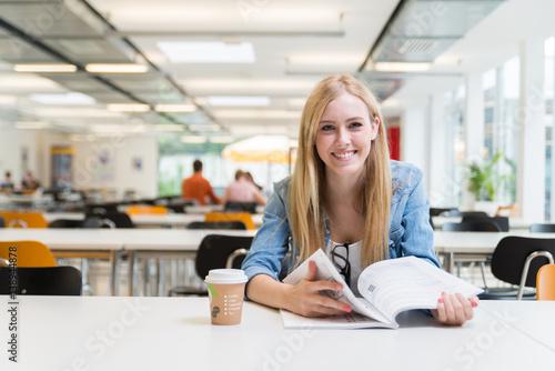 Fotografía  Studentin beim Lernen