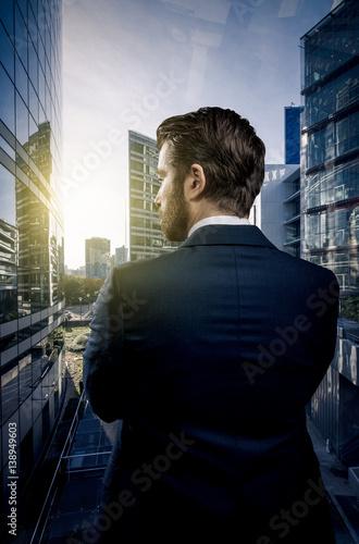 Fotografía  Geschäftsmann vor Bürogebäude