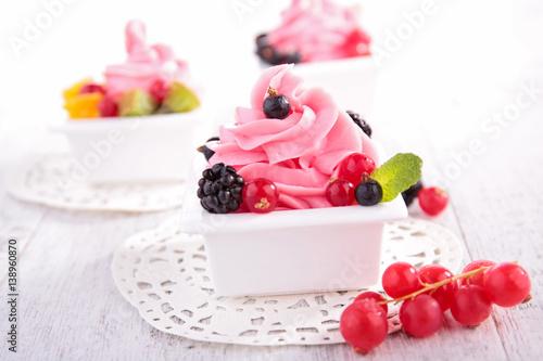 trzy-porcje-mrozonego-jogurtu-z-owocami-lesnymi