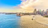 Widok na port w Sydney o zachodzie słońca