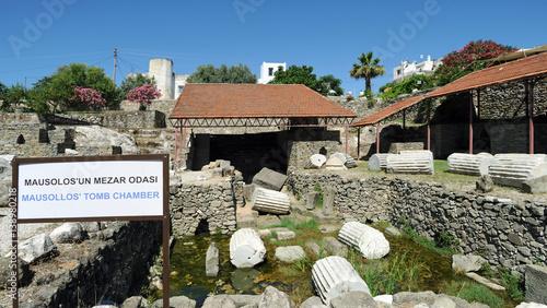 Tuinposter Rudnes Ruines de la chambre funéraire du mausolée du roi Mausole à Bodrum en Anatolie