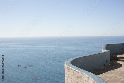Papiers peints Mur Edge of wall with view of sea and horizon