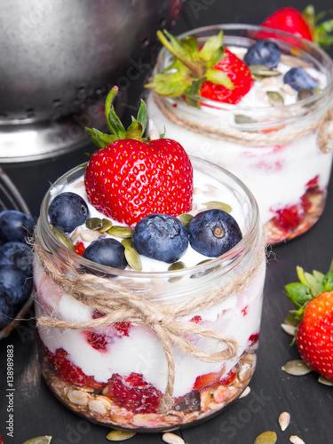jogurt-musli-z-truskawkami-i-jagodami