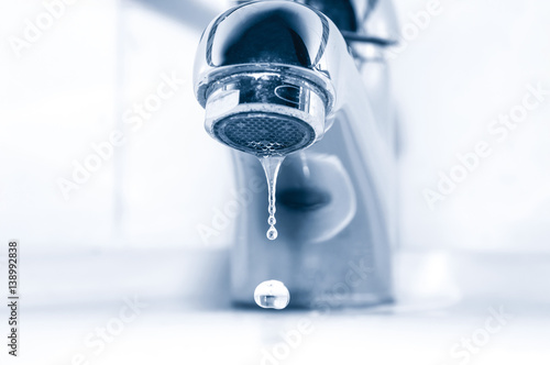 Canvastavla Tap with water drops close up
