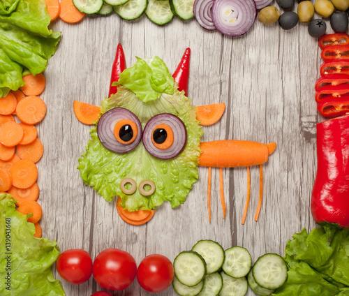 zabawna-kozka-ulozona-z-warzyw-na-stole