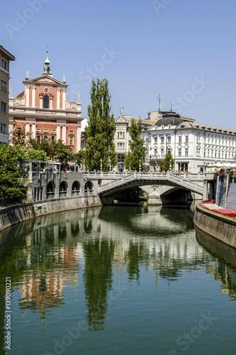 Foto auf AluDibond Stadt am Wasser Ljubljana, Tromostovje (Three Bridges, Plecnik), in background F