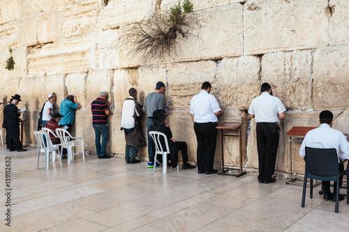 Zdjęcie XXL Ściana płaczu lub Ściana Płaczu w starym mieście w Jerozolimie, Izrael. Żydzi modlą się przy ścianie świątyni.