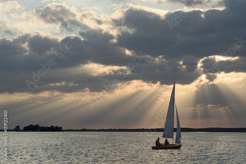 Fotografía  Segelnde Yacht auf dem Steinhuder Merr vor dramatischem Wolkenhimmel