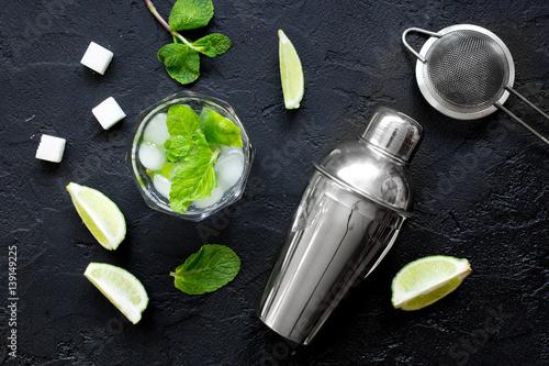 Fotografia  making mojito on dark background top view