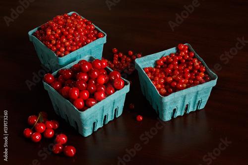 czerwona-porzeczka-i-wisnie-w-niebieskich-koszyczkach