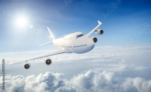 bialy-samolot-pasazerski-latajacy-nad-chmurami
