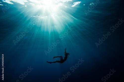 Tableau sur Toile girl dive underwater
