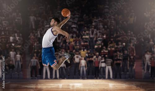 Plakat koszykarz skoki z piłką na stadionie