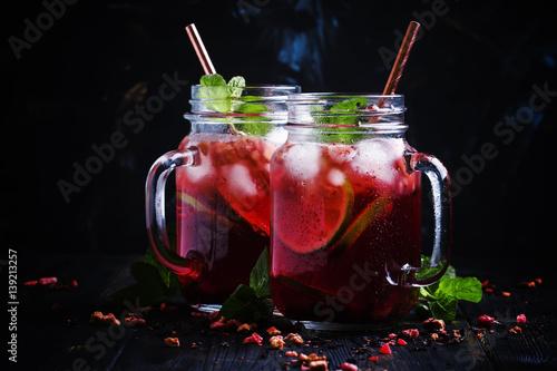 owocowe-herbatki-na-lato-w-ciekawych-szklankach