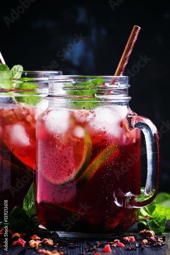herbata-z-owocow-z-duza-porcja-lodu-i-kolorowa-slomka