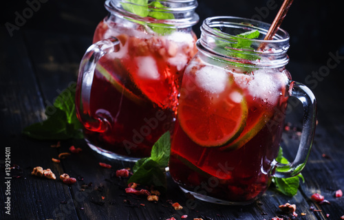 mrozona-czerwona-herbata-z-limonka-i-lodem-w-szklanych-slojach
