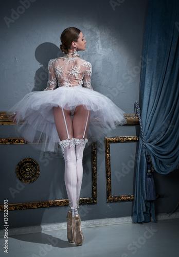 Obraz na plátně  Ballerina standing on pointes
