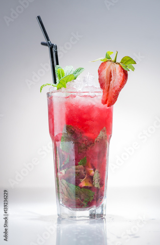 Fotografía  strawberry Mojito cocktail with lime and mint
