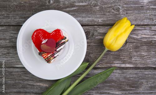 naczynie-z-tortem-i-kwiatem-zoltego-tulipanu-na-starym-drewnianym-tle