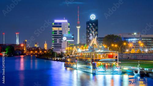 oswietlony-statek-plywajacy-po-rzece-w-berlinie-w-godzinach-nocnych
