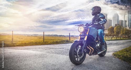 motocyklista-stojacy-na-skrzyzowaniu-patrzacy-na-miasto