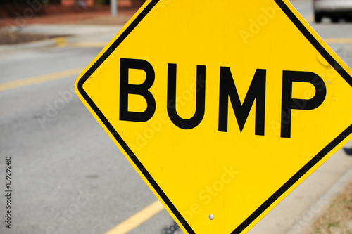 Foto  close up on bump sign at the side of street