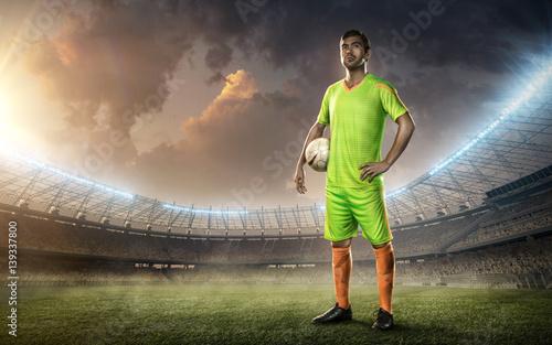 Zdjęcie XXL piłkarz stojący na boisku piłkarskim z piłką