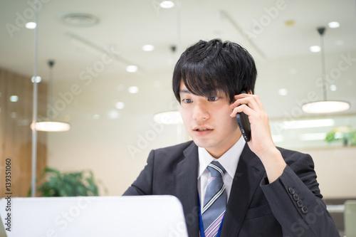 Fotografía  ビジネスイメージ(男性・オフィス・電話)