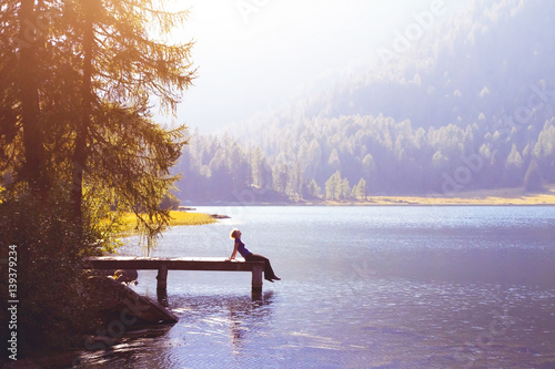 Photo  happy woman sitting on the pier and smiling, happiness or inspiration concept, e
