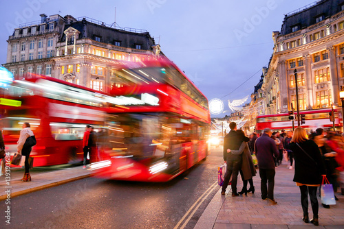 Poster de jardin Londres bus rouge Shopping at Oxford street, London, Christmas day