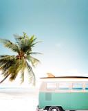 Vintage samochód zaparkowany na tropikalnej plaży (nad morzem) z deską surfingową na dachu - 139400024