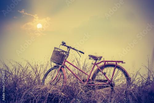 rower-na-tle-pieknego-krajobrazu-o-zachodzie-slonca