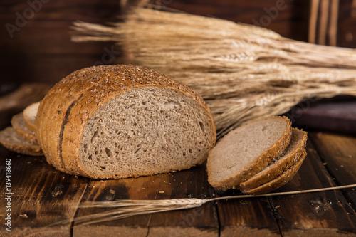 chleb-pelnoziarnisty-z-pszenica-w-tle